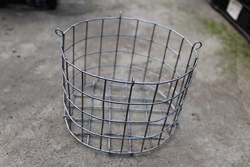 Корзина металлическая круглая (ячейка 2,5х2,5 см), диаметр 17 см, высота 10 см, с подвесом