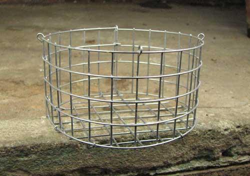 Корзина металлическая круглая (ячейка 1,5х1,5 см), диаметр 12 см, высота 7 см, с подвесом